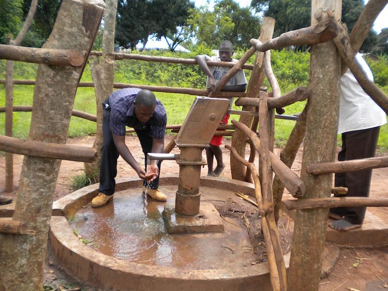 Terminato il pozzo a Kidukulu, UGANDA